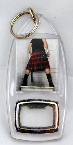 Kilted man standing on sink keyring / bottleopener